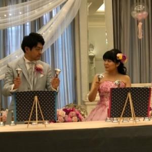 結婚式で新郎新婦がハンドベル