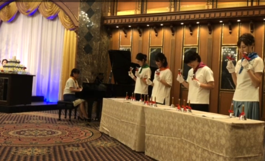 結婚式でミュージックベルとピアノ